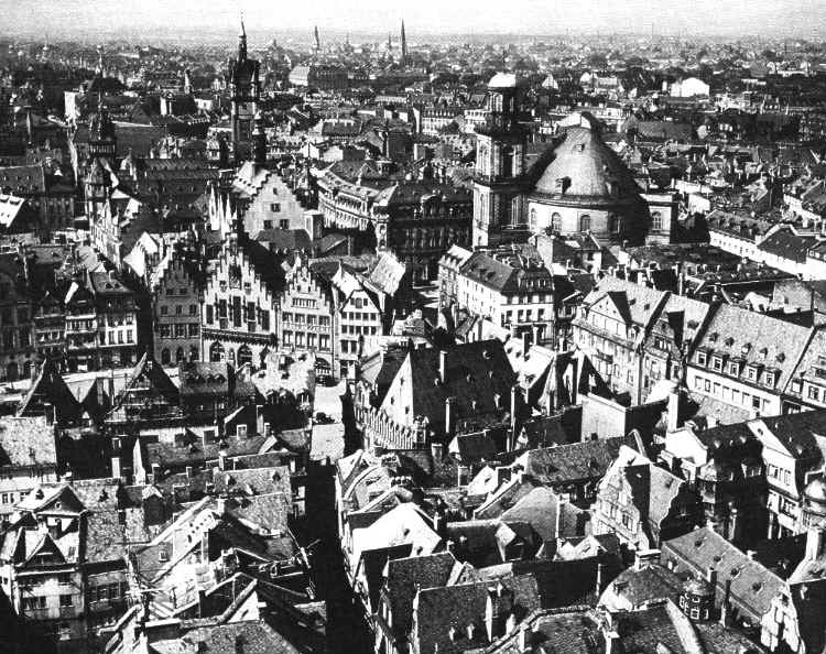 View of Frankfurt's Old City from the Cathedral Tower/Vom Dom rechts die Paulskirche, links der Rathausturm